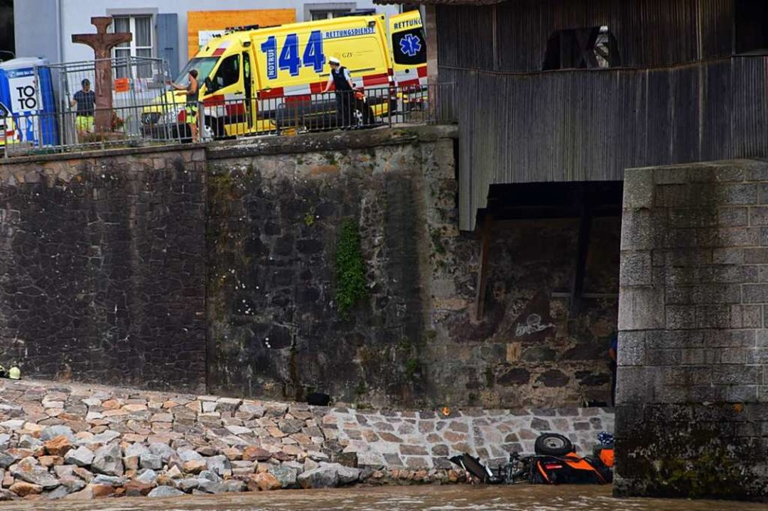 Einsatzkräfte am Schweizer Rheinufer an der alten Holzbrücke.  | Foto: Stefan Ammann