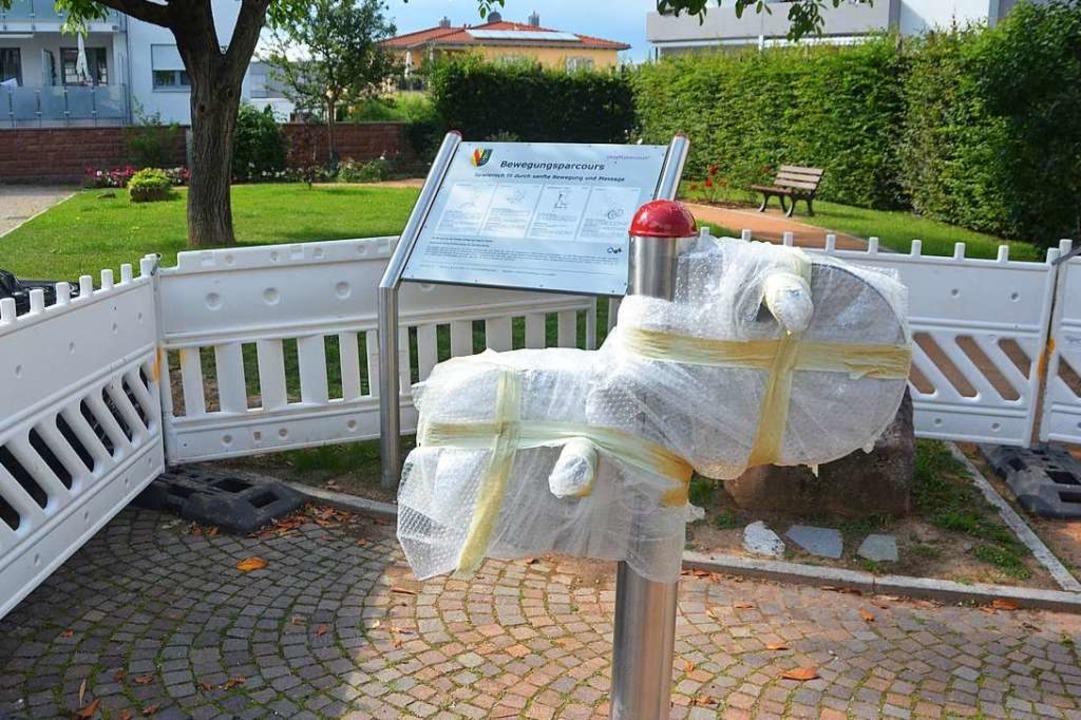 Immer noch eingepackt und abgesperrt: ...räte im Bossartgarten in Gundelfingen.  | Foto: Sebastian Krüger