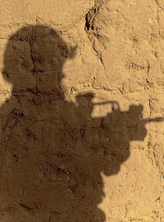 Der Schatten eines Bundeswehrsoldaten nahe Kundus    Foto: Maurizio Gambarini