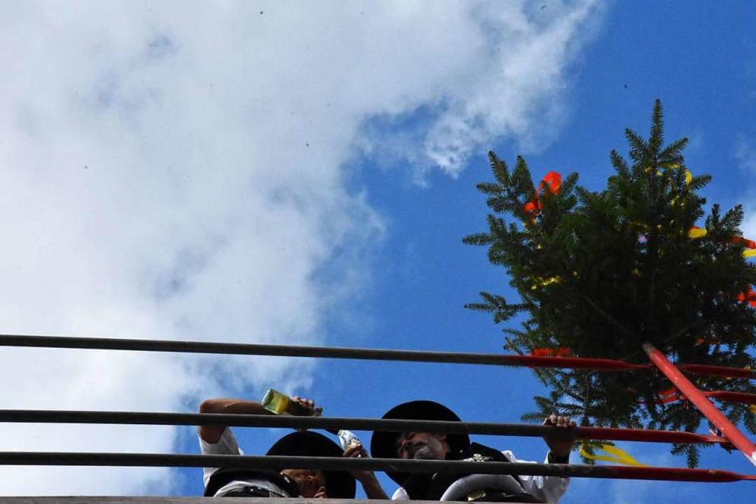 """Auf dem Dach der """"leckersten Bau...ßen Zimmermänner auf das Richtfest an.    Foto: Kathrin Ganter"""