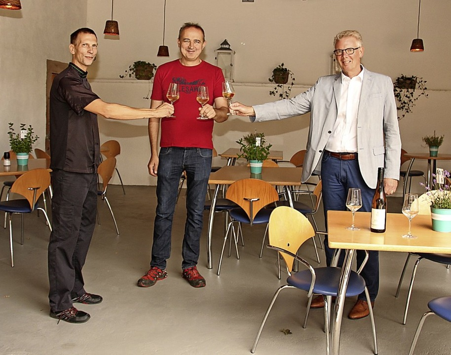 Bürgermeister Christian Riesterer, Inh... rechts) in der umgestalteten Schänke.  | Foto: Mario Schöneberg