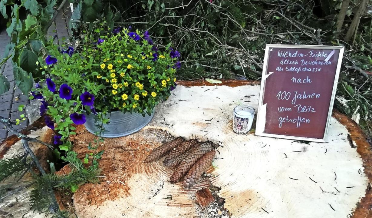 Blumen, Zapfen und eine kleine Inschri...Kirchhofen vom Blitz getroffen wurde.   | Foto: Heiko Dischinger