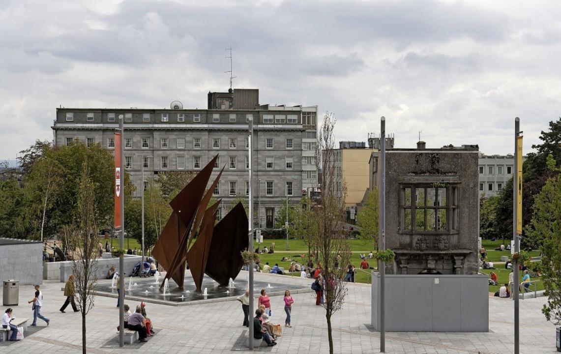 Galway (Irland):  der Eyre Square im Herzen der Stadt    Foto: Derek Cullen (dpa)