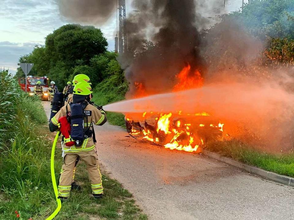 Der Wagen brannte bereits lichterloh.  | Foto: Feuerwehr Heitersheim