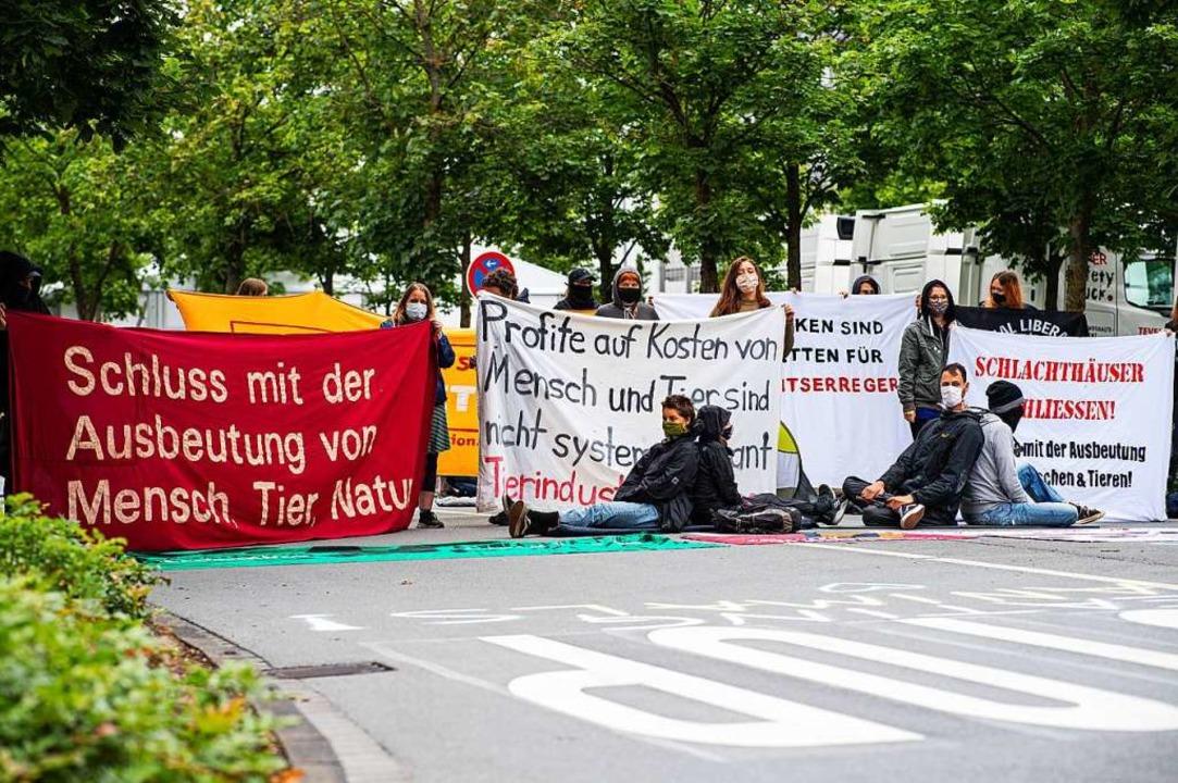 Protestaktion bei Tönnies in Rheda-Wiedenbrück  | Foto: Guido Kirchner (dpa)