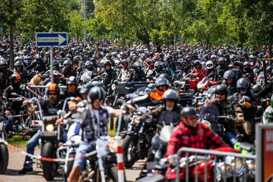 Tausende Biker versammelten sich in Friedrichshafen.  | Foto: Philipp von Ditfurth (dpa)