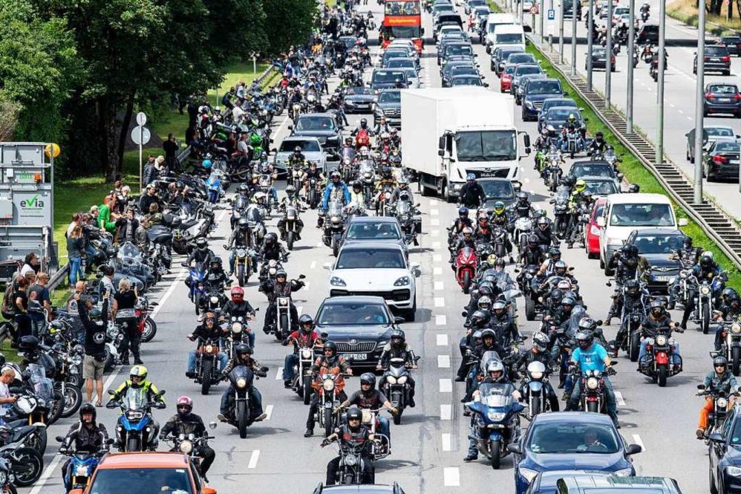 Auch in München sammelten sich viele Motorradfahrer.  | Foto: Matthias Balk (dpa)