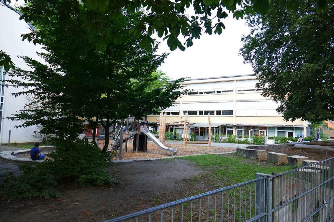 Die Meerwein-Grundschule nutzt die Vor...ie der großflächige  Pausenhof bietet.  | Foto: Marius Alexander