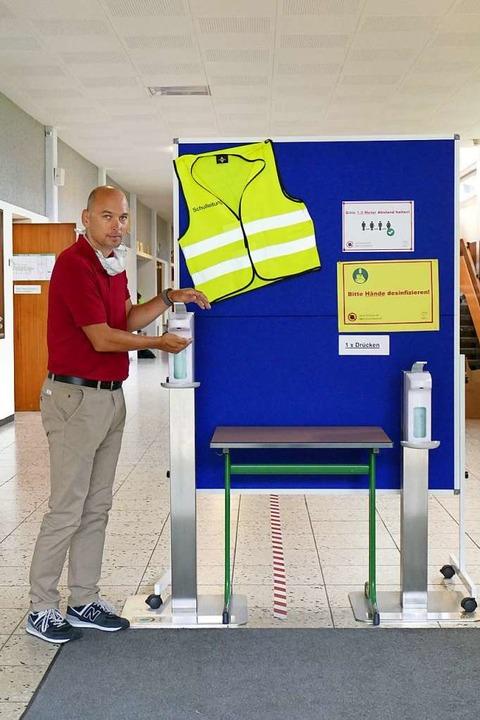 Schulleiter Dany Peter Dehne im Eingan...le mit der Händedesinfektions-Station.  | Foto: Marius Alexander