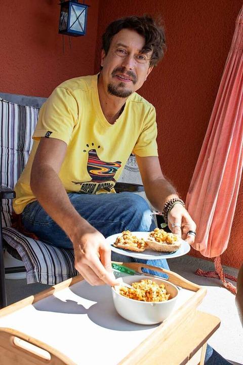 Kein Tier auf dem Teller: Filmemacher Marco Keller mit seinem veganen Rührei.  | Foto: Nadine Zeller