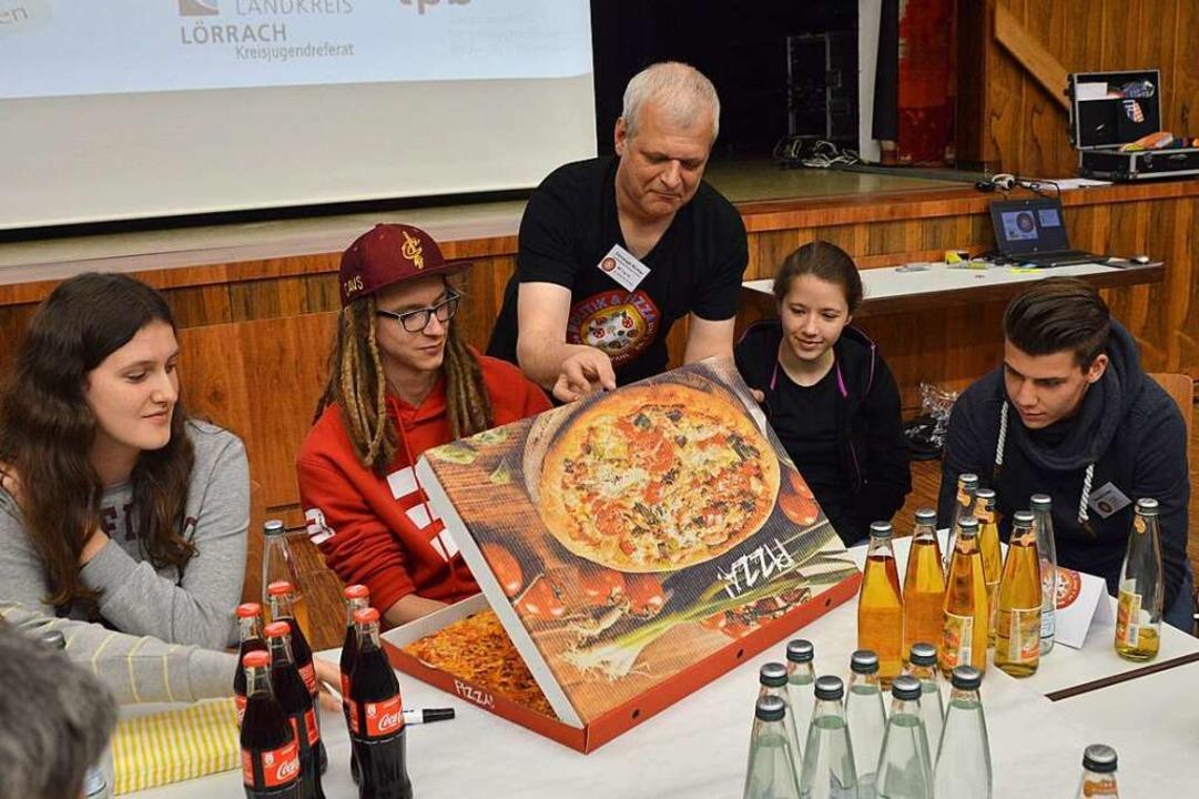 Ein Bild aus Vor-Corona-Zeiten: Jugend...rt  Jugendlichen und Politikern Pizza.    Foto: Horatio Gollin