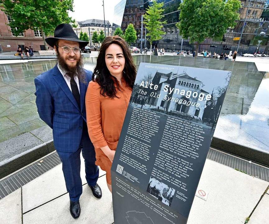 Rabbiner Yacov und seine Frau Chava Gitler am Platz der alten Synagoge.  | Foto: Michael Bamberger
