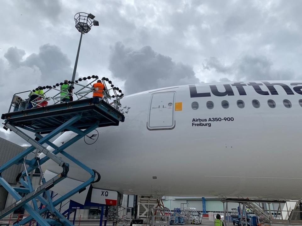 Mitarbeiter der Lufthansa haben bei Ai...ouse den Freiburg-Flieger abgenommen.   | Foto: Michael Lamberty