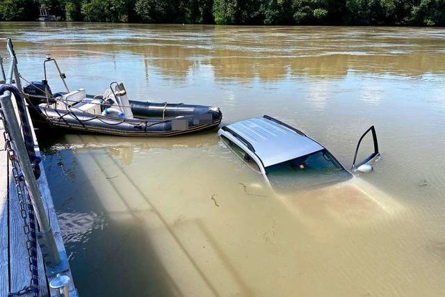Auto landet im Rhein