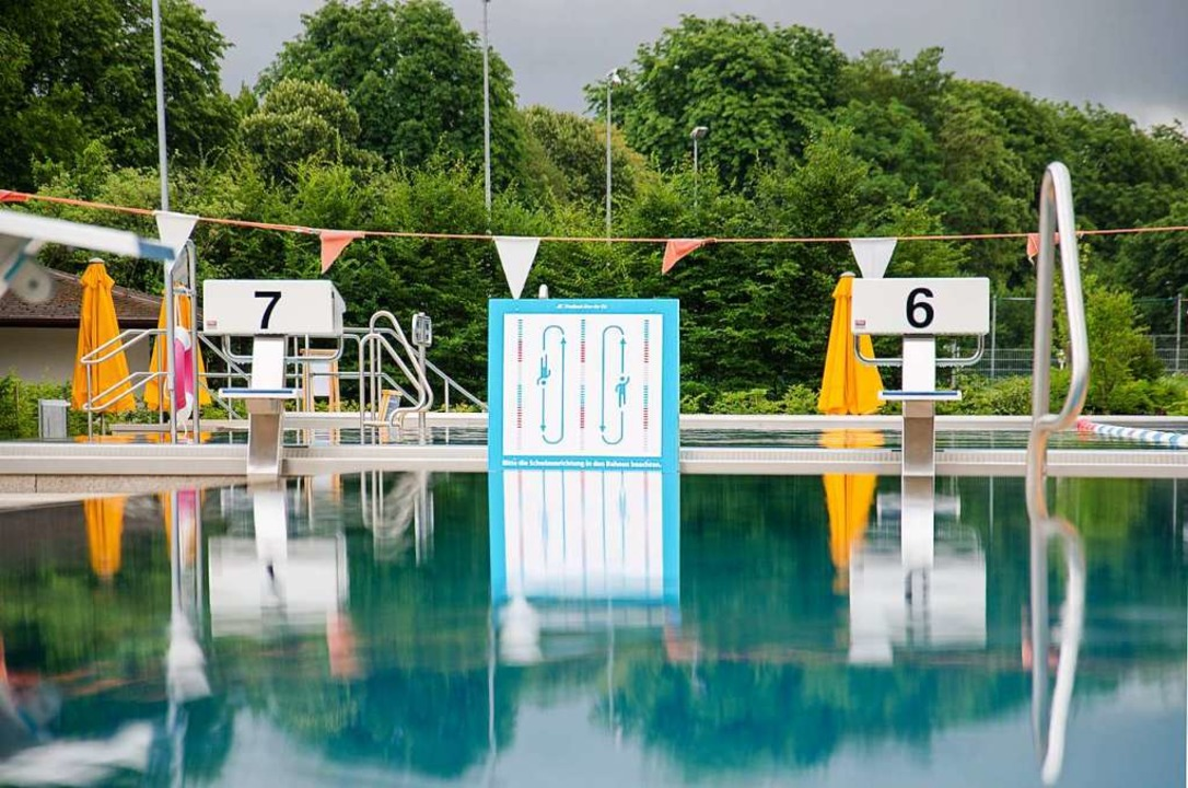 Hinweisschilder sollen für genügend Abstand auch in den Becken sorgen.  | Foto: Stadtwerke