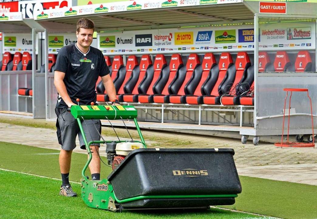 Der Greenkeeper bei der Rasenpflege im Schwarzwaldstadion.  | Foto: Michael Bamberger