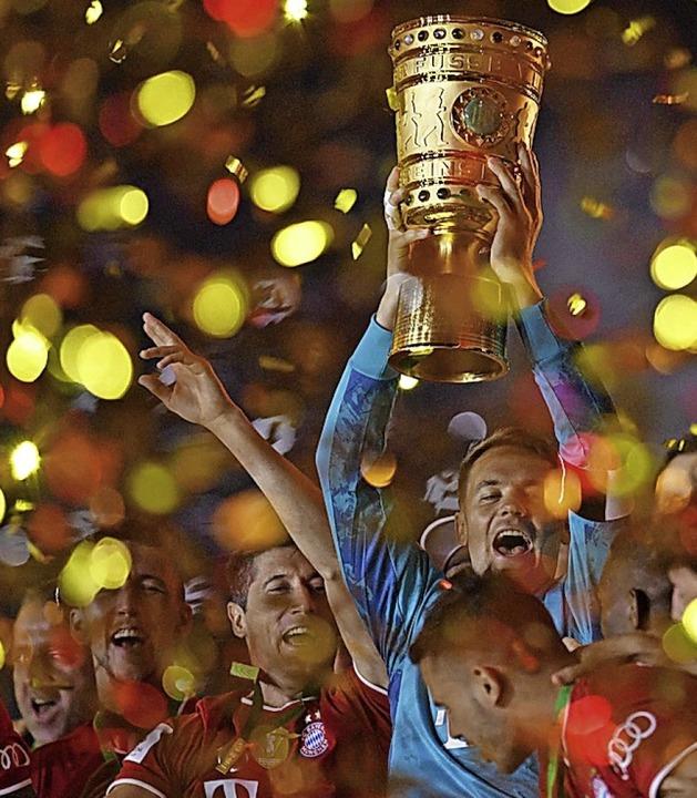 Konfettiregen bei der Pokalübergabe du...er auch im Geisterfinale nicht fehlen.  | Foto: ANNEGRET HILSE (AFP)