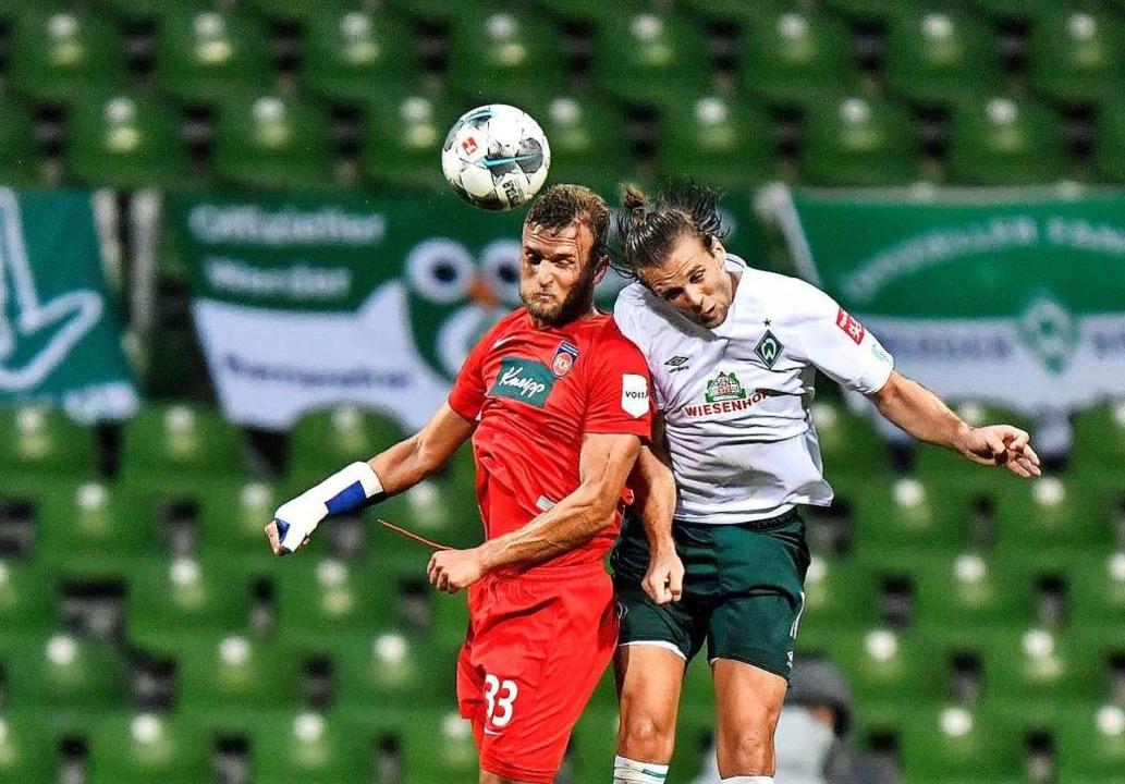 Der Bremer Niclas Füllkrug (rechts) im Hinspiel gegen Timo Beermann  | Foto: Martin Meissner (dpa)