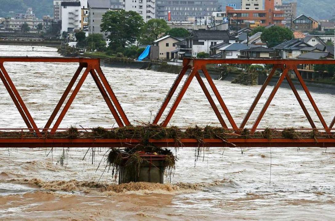 Überflutungen haben in Japan schwere Schäden angerichtet.  | Foto: - (dpa)