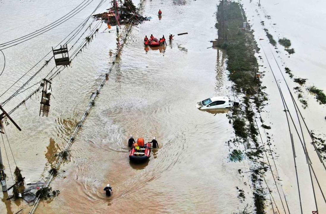 Überflutungen haben in Japan schwere Schäden angerichtet.  | Foto: Koji Harada (dpa)