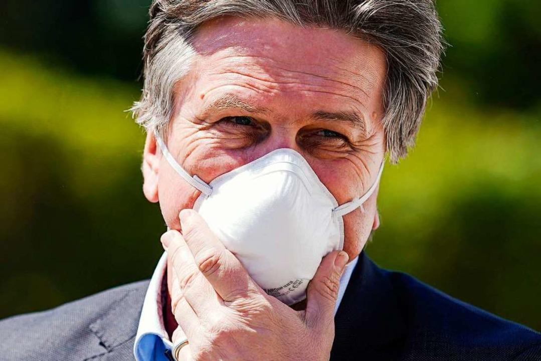 Minister mit Maske: Manne Lucha.  | Foto: Uwe Anspach (dpa)