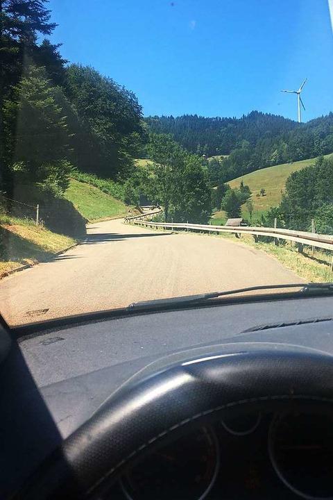 Die Straße nach Siegelau hat etwas Mag... Sie lässt das Handynetz verschwinden.  | Foto: Joshua Kocher