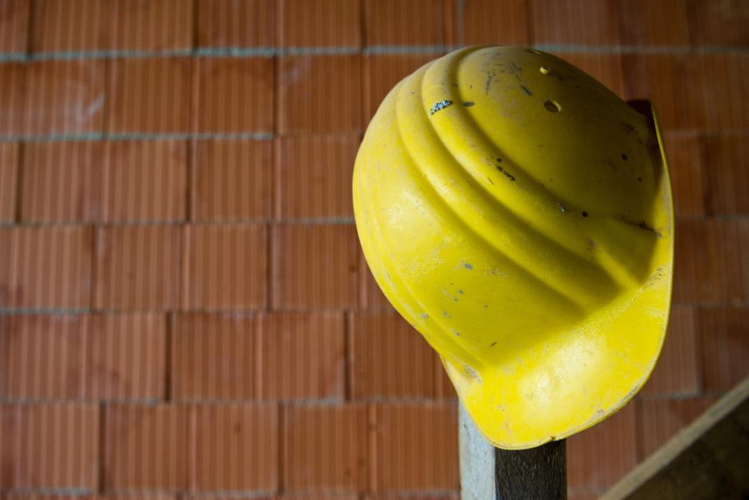 Ein Arbeitskollege flexte den Eisenstab ab, so dass der Mann aufstehen konnte.  | Foto: Daniel Bockwoldt