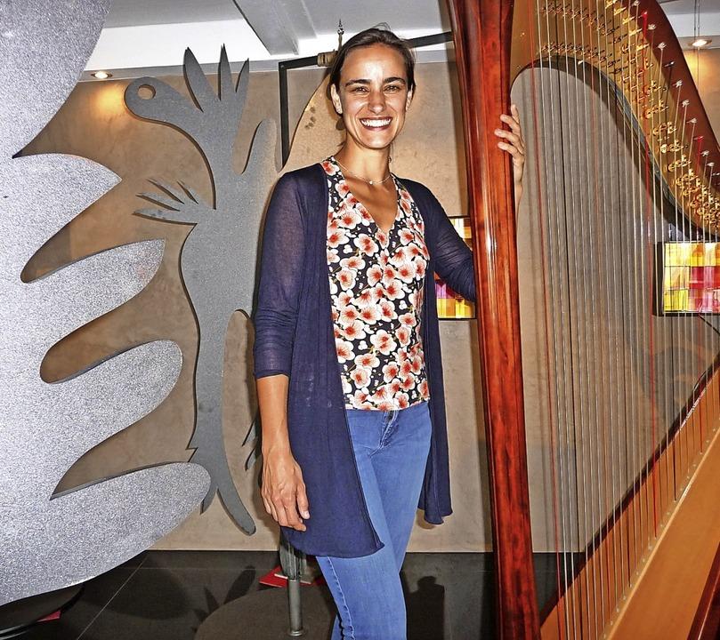 Doesjka van der Linden zwischen Harfe und Coronen-Stelen  | Foto: Katja Rußhardt