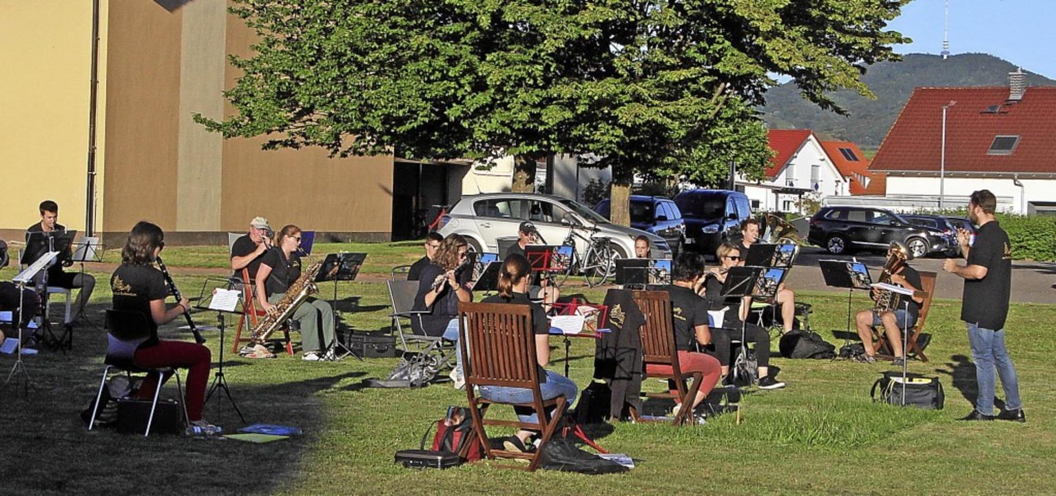 Mit einem Werkstattkonzert im Freien b...le  zahlreiche Freunde der Blasmusik.     Foto: Herbert Trogus