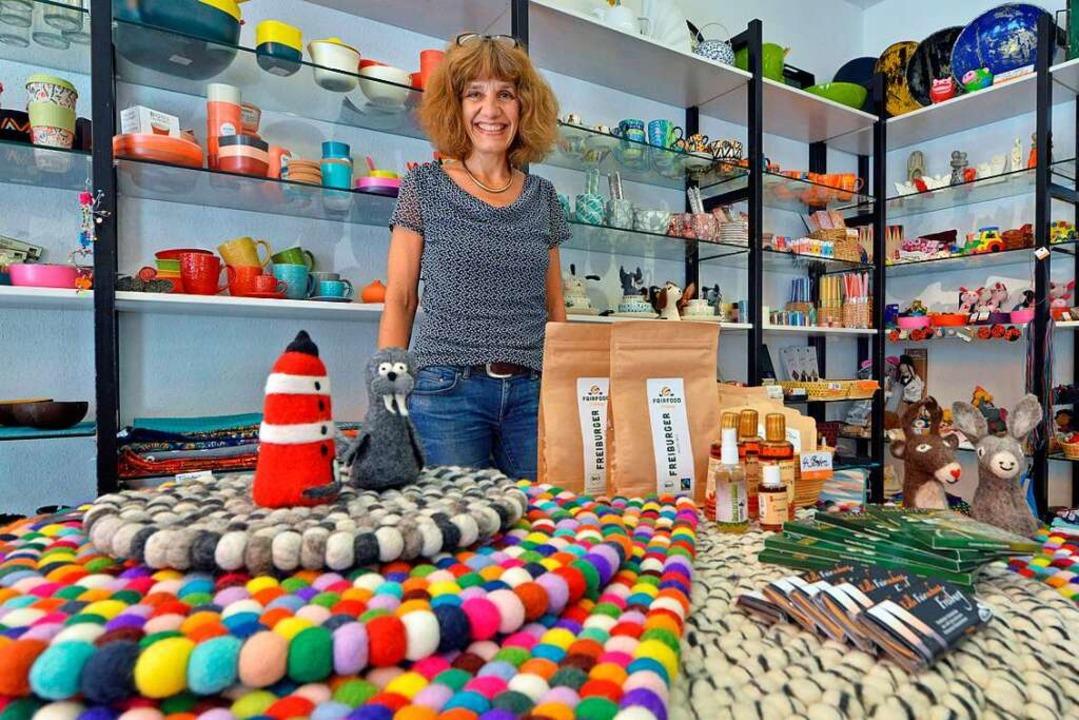 Stefanie Osten verkauft in ihrem Weltl...turstyle, Fairfood und Regenwaldladen.  | Foto: Michael Bamberger