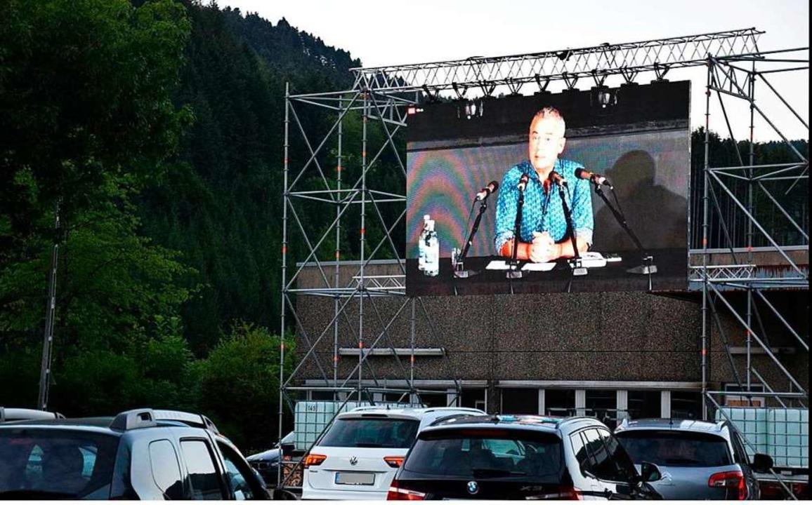 In Übergröße: Ilija Trojanow bei seinem Auftritt in Hausach  | Foto: leselenz