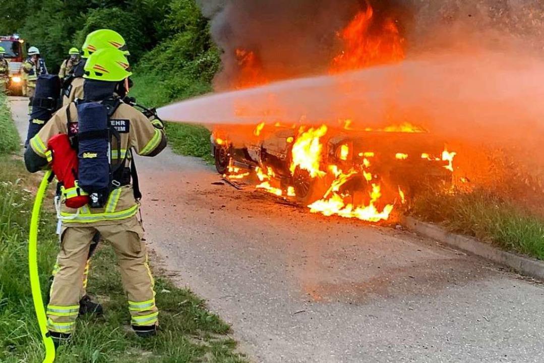 Der Brand eines Autos in Heitersheim war am Freitagabend weiträumig zu sehen.   | Foto: Feuerwehr Heitersheim