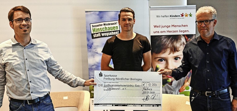 Gemeinsam gegen Missbrauch: Hanno Fran...heck an Nils Vogelsang von Wendepunkt.  | Foto: Achim Keller