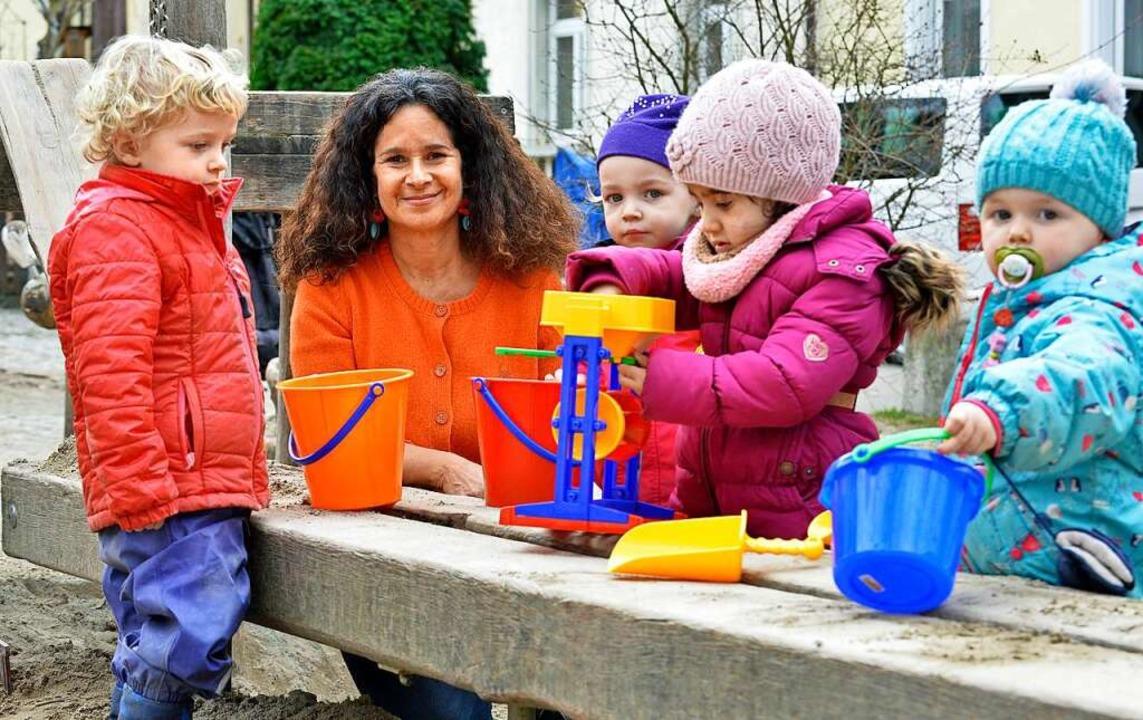 Überzeugte Erzieherin: Rosalba Hernandez mit ihrer Kindergruppe am Annaplatz.   | Foto: Michael Bamberger