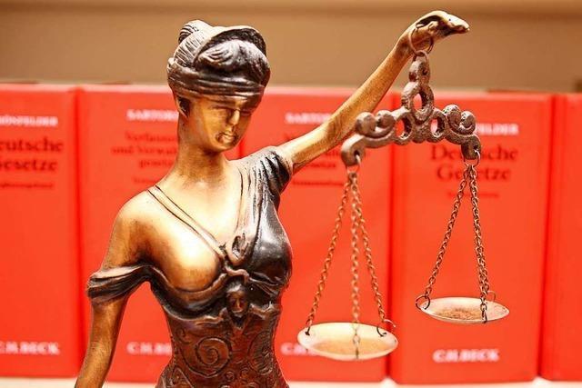 Geladene Maschinenpistole und Drogen im Tresor: 32-Jähriger vor Gericht