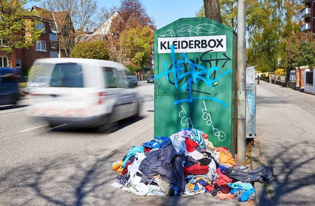 Was man auf keinen Fall machen sollte:...eben dem übervollen Container stapeln.  | Foto: Georg Wendt (dpa)