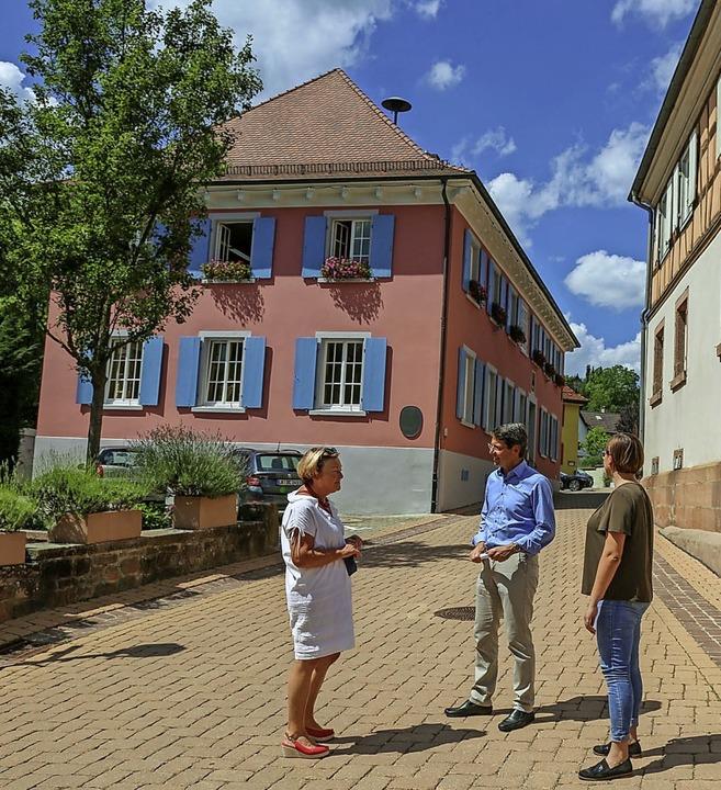 Ortsvorsteherin Charlotte Götz (links)...om städtischen Bauamt beim Ortstermin   | Foto: Sandra Decoux-Kone