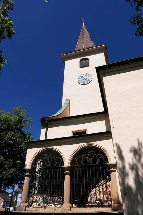 Die Kirche St. Alban mit dem vorgesetzten Figurenspiel  | Foto: Hans-Peter Müller