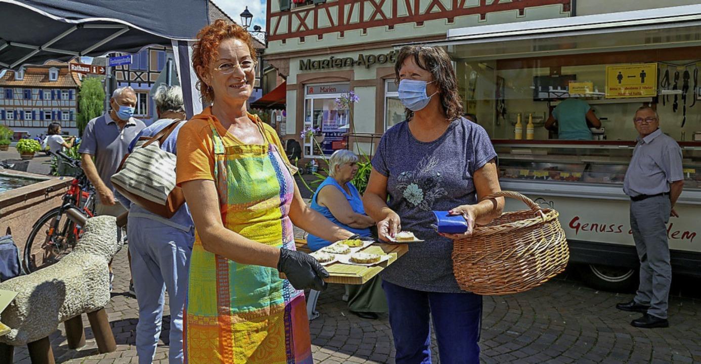 Marktsprecherin Beate Bruder verteilte...en an die Besucherinnen und Besucher.     Foto: Sandra Decoux-Kone