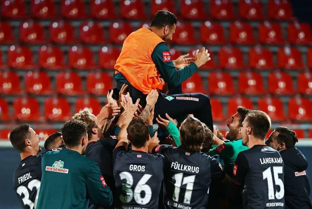 Die Bremer Spieler feiern nicht nur de... Werderlegende Claudio Pizarro (oben).    Foto: KAI PFAFFENBACH (AFP)