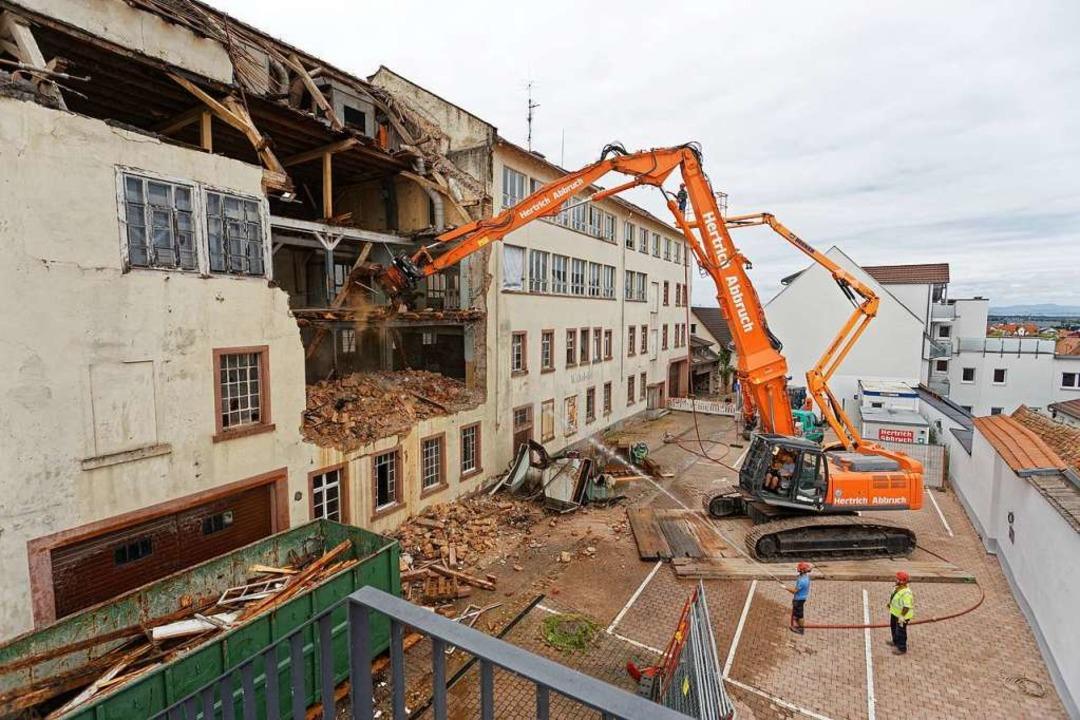Mitten durch die Fassade des alten Fab...he die Fassade schließlich ganz fällt.  | Foto: Martin Wendel