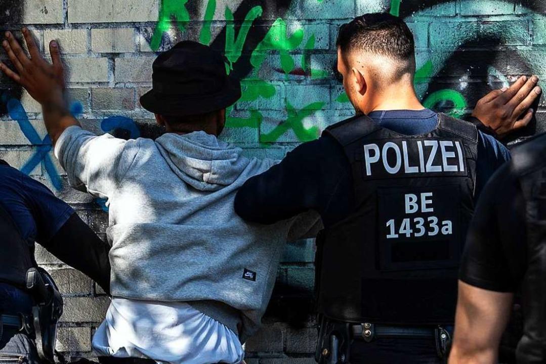 Für Polizeikontrollen – hier ein...olbild – gibt es klare Vorgaben.    Foto: Paul Zinken (dpa)