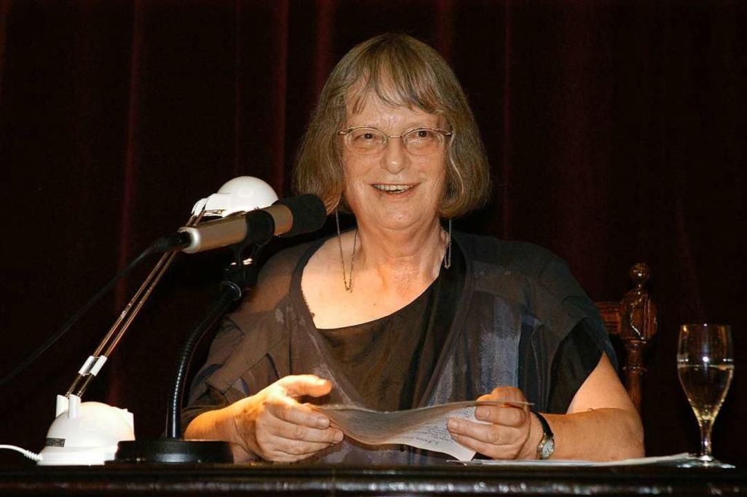 Elke Erb 2006 bei der ins Theater verlegten Freiburger Poetennacht  | Foto: Thomas Kunz