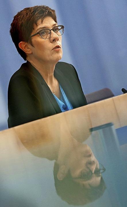 Sie ist für das Reißverschlussprinzip ...atenlisten: Annegret Kramp-Karrenbauer  | Foto: FABRIZIO BENSCH (AFP)