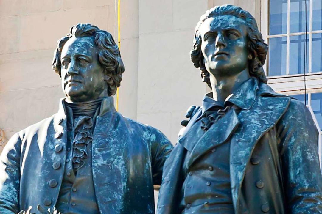 Zwei berühmte Dichter: das Goethe-und-Schiller-Denkmal in Weimar (Thüringen)    Foto: Michael Reichel