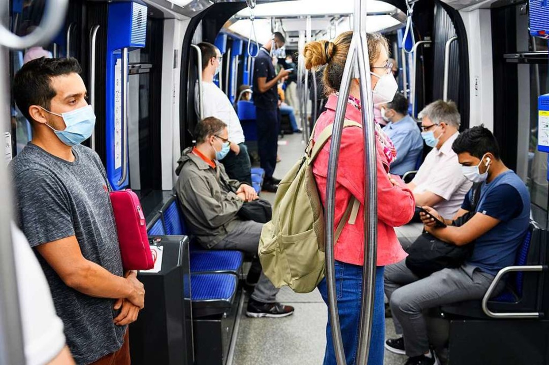 In öffentlichen Verkehrsmitteln, wie z...Straßenbahnen, gilt die Maskenpflicht.  | Foto: Laurent Gillieron (dpa)