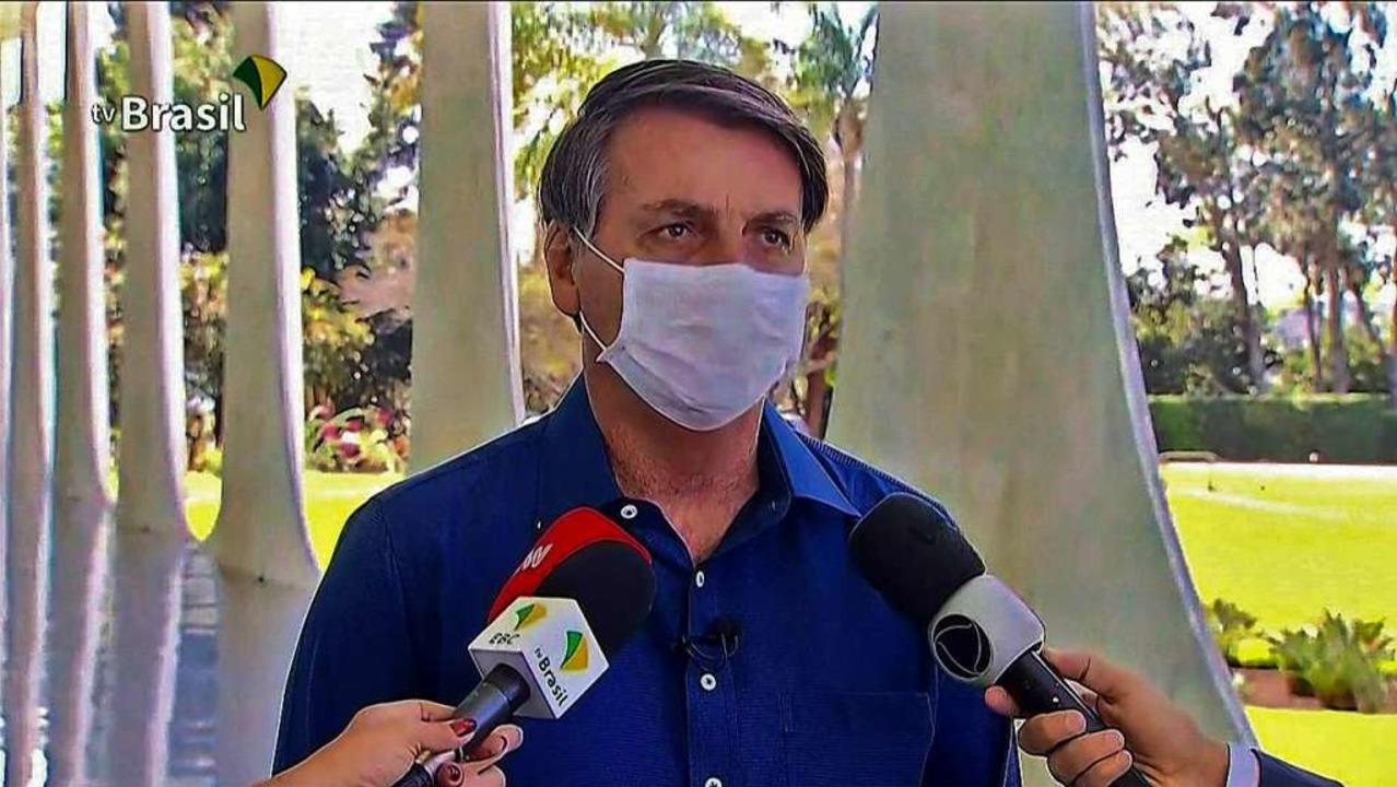 Bolsonaro gibt ein Fernsehinterview. Erst mit...    Foto: - (AFP)