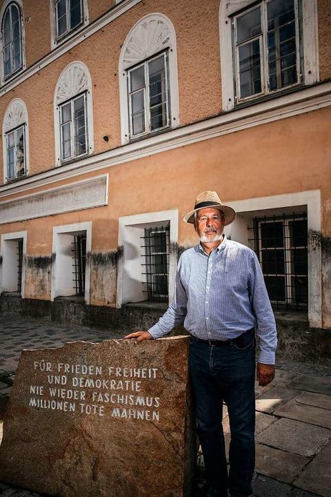 Florian Kotanko vorm Geburtshaus von A...Hitler, wo ein Erinnerungsstein mahnt.  | Foto: Quirin Leppert