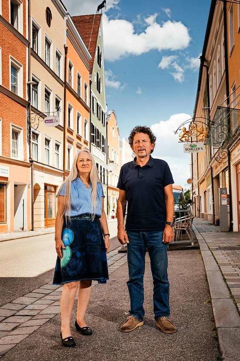 Elisabeth Wimmer und Martin Simböck aus Braunau warnen vor Geschichtslosigkeit.  | Foto: Quirin Leppert