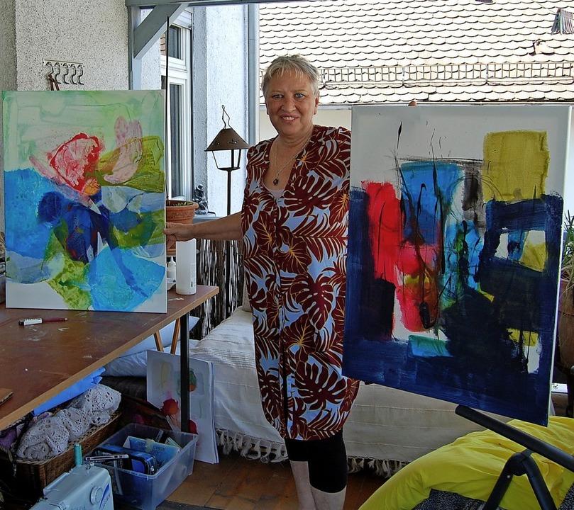Christa Ferreira Pires zeigt zwei ihrer Werke.     Foto: Maria Dinger